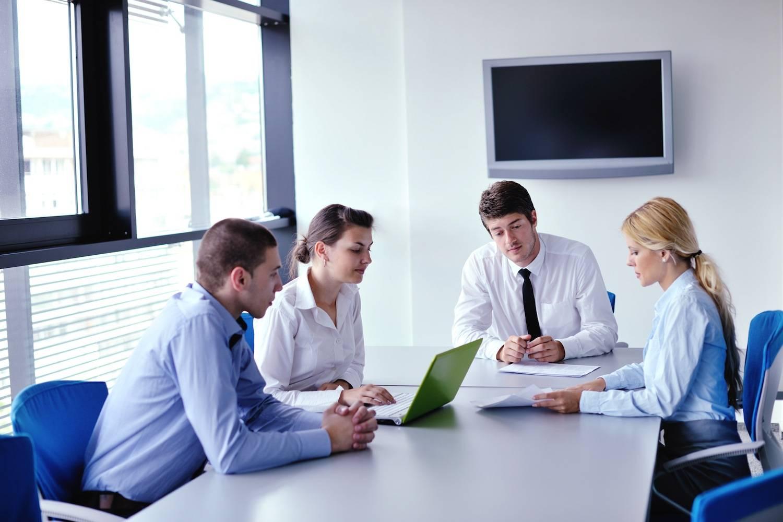 4 personer i møde